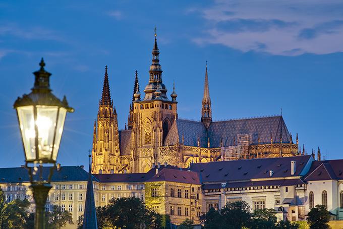 Bezienswaardigheden in Praag: de Praagse Burcht, gezien vanaf de Karelsbrug.