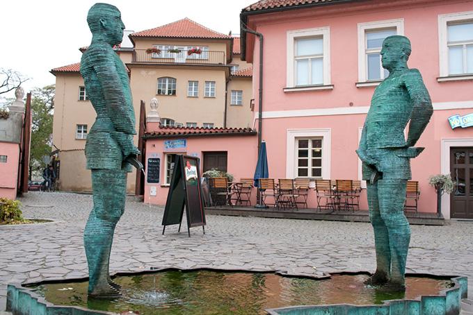 Bezienswaardigheden in Praag: beeld bij het Franz Kafka Museum.