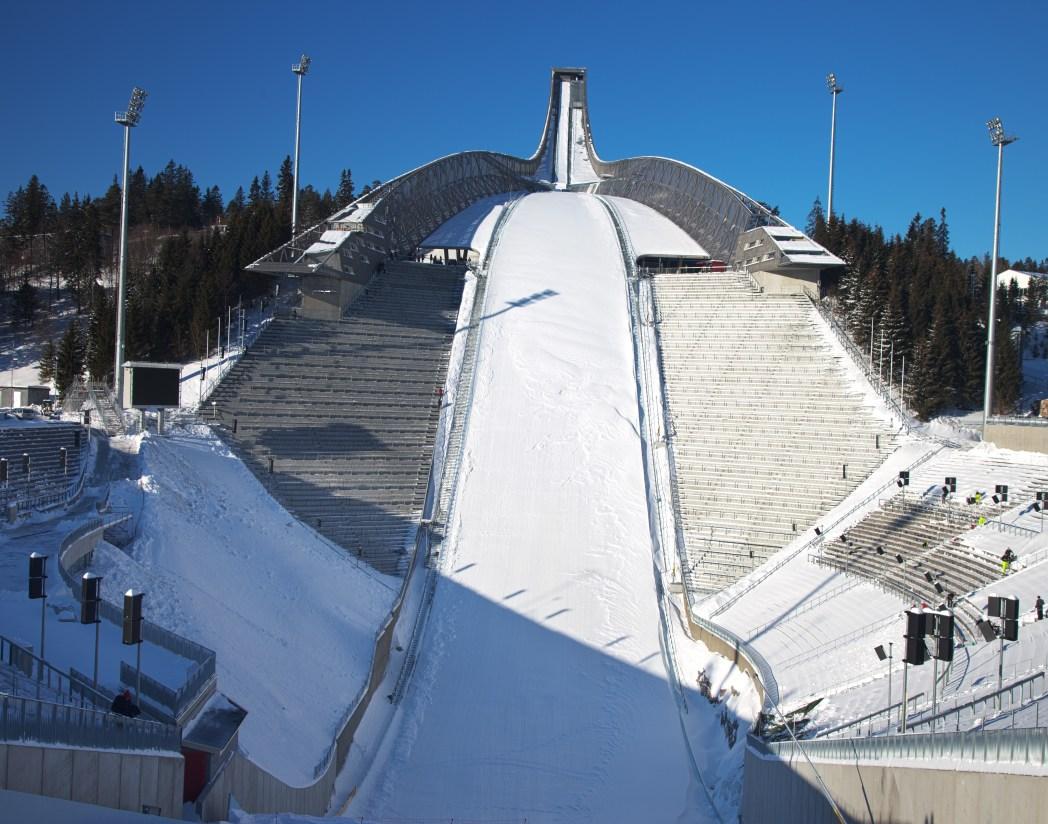 De 115 meter hoge skischans van Holmenkollen in Oslo