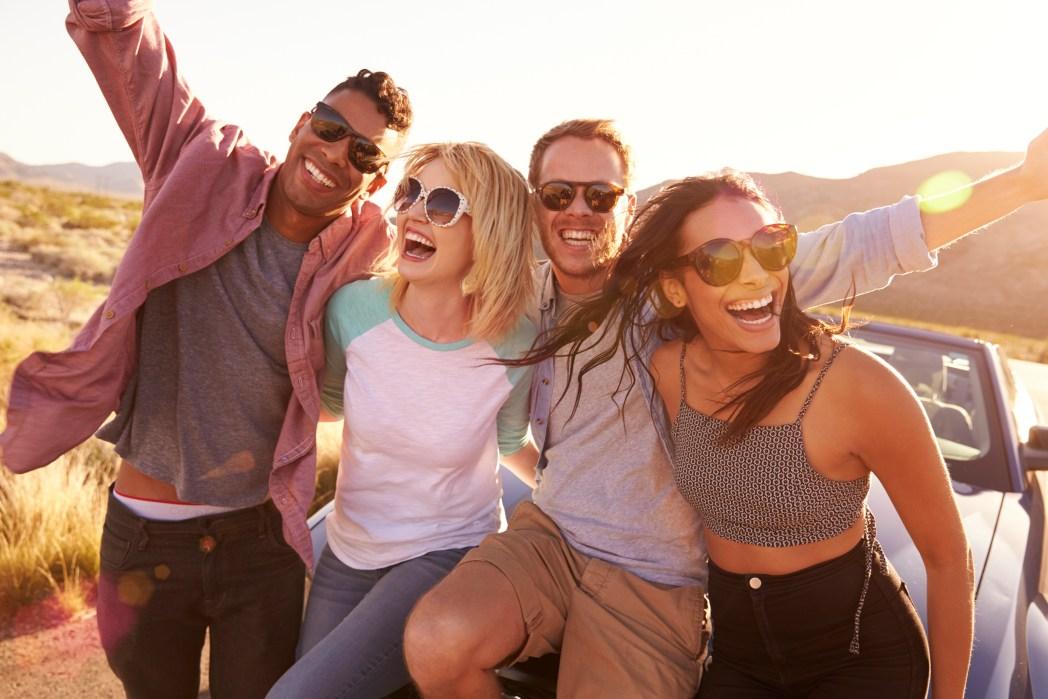 Een groep vrienden, op reis, auto huren