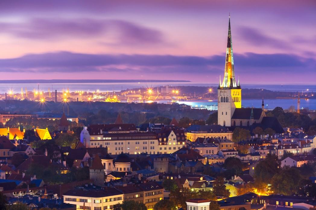 Uitzicht op Tallinn bij zonsondergang