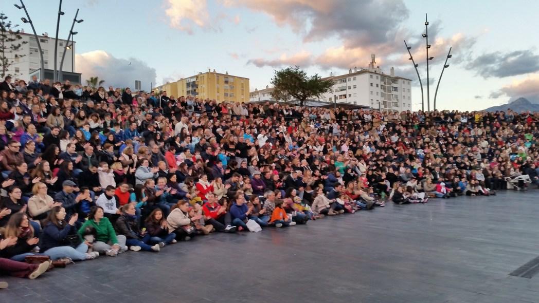 De bevolking van Cádiz kijkt naar een carnavalsoptreden