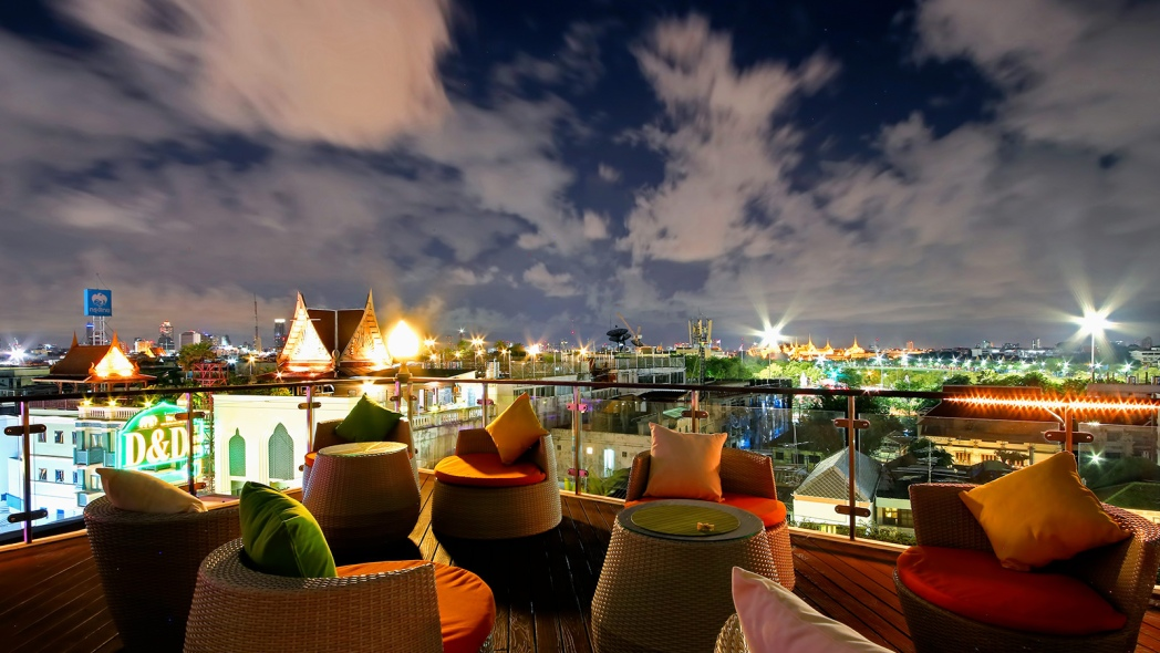 Hotel rooftop bar met view over Bangkok