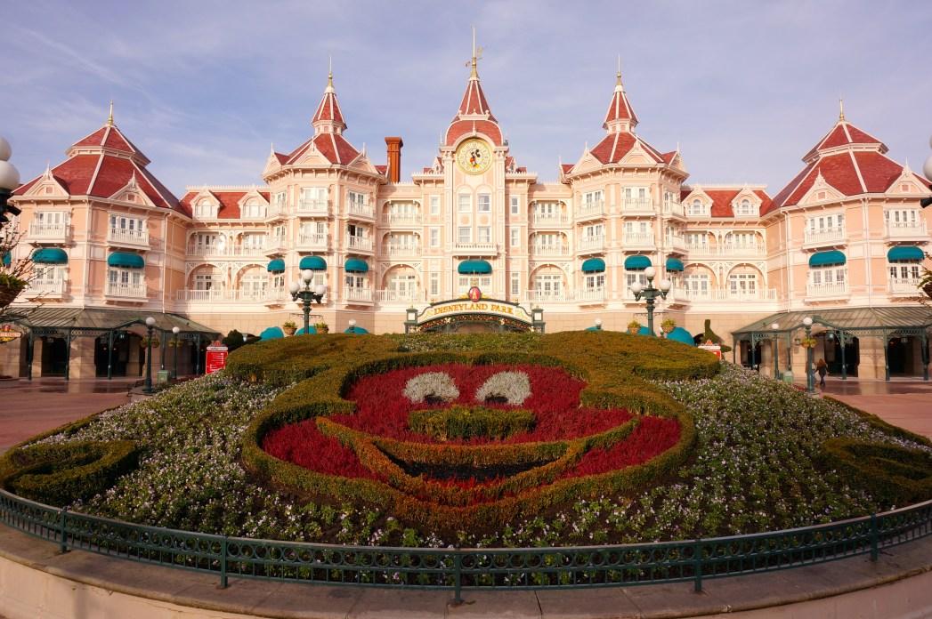Bloembed in de vorm van Mickey Mouse in Disneyland Parijs