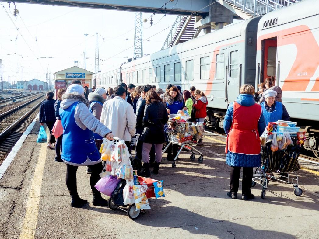 Food verkopers op een Russisch treinstation