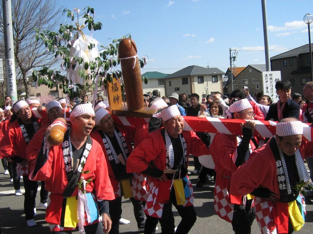 Houten fallus bij de parade van het Kanamara Matsuri Festival, Japan