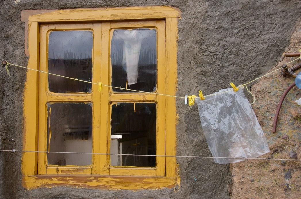 Zakje aan een waslijn bij een raam in Kandovan, Iran