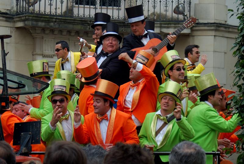 Kleurrijke carnavalsgroep op straat