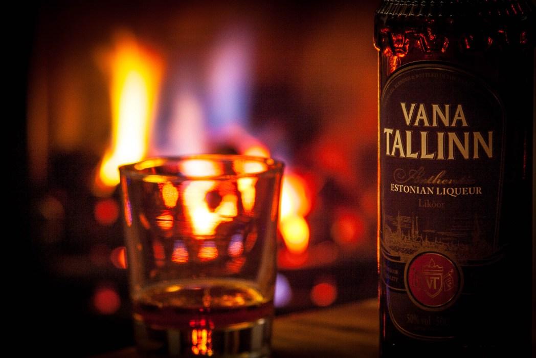 Een fles Vana Tallinn met glas