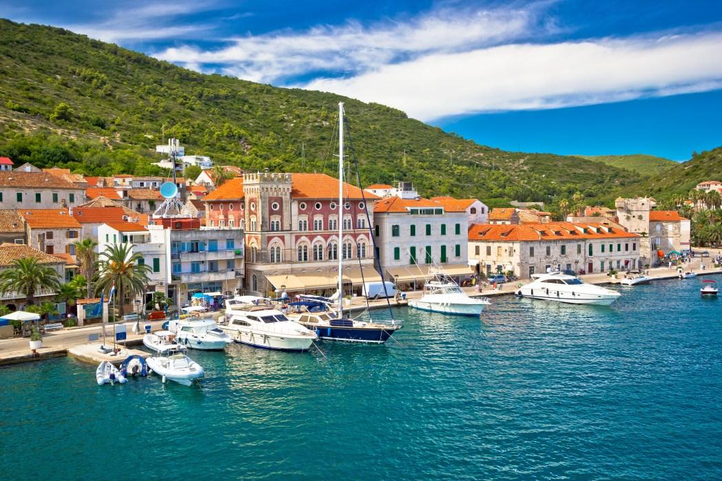 Jachten in de haven van Vis, Kroatië